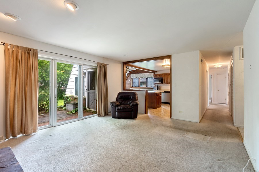 Real Estate Photography - 103 Wildwood Rd, Elk Grove Village, IL, 60007 - Kitchen / Living Room
