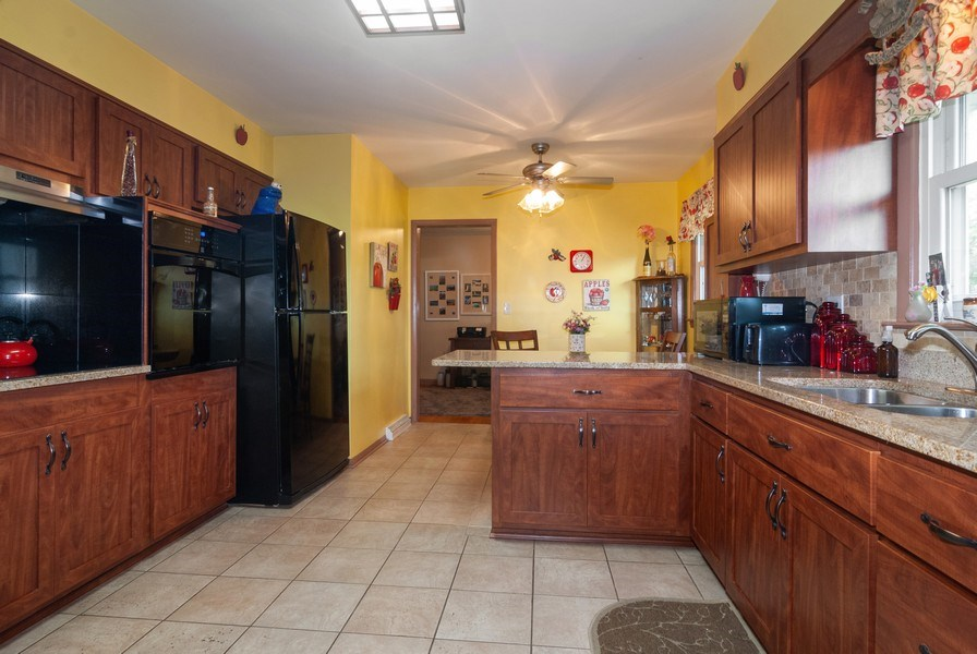 Real Estate Photography - 801 Whitlock, Aurora, IL, 60506 - Kitchen