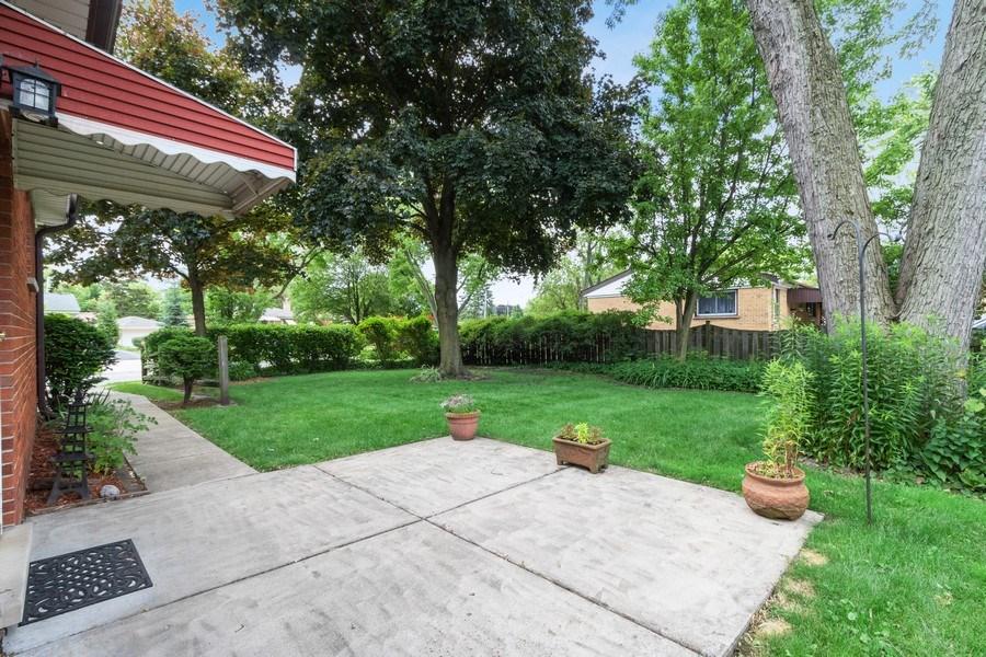 Real Estate Photography - 530 Cambridge Rd, Des Plaines, IL, 60016 - Side Yard