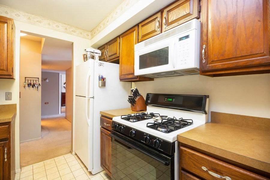Real Estate Photography - 898 Wellington Ave, #209, Elk Grove Village, IL, 60007 - Kitchen