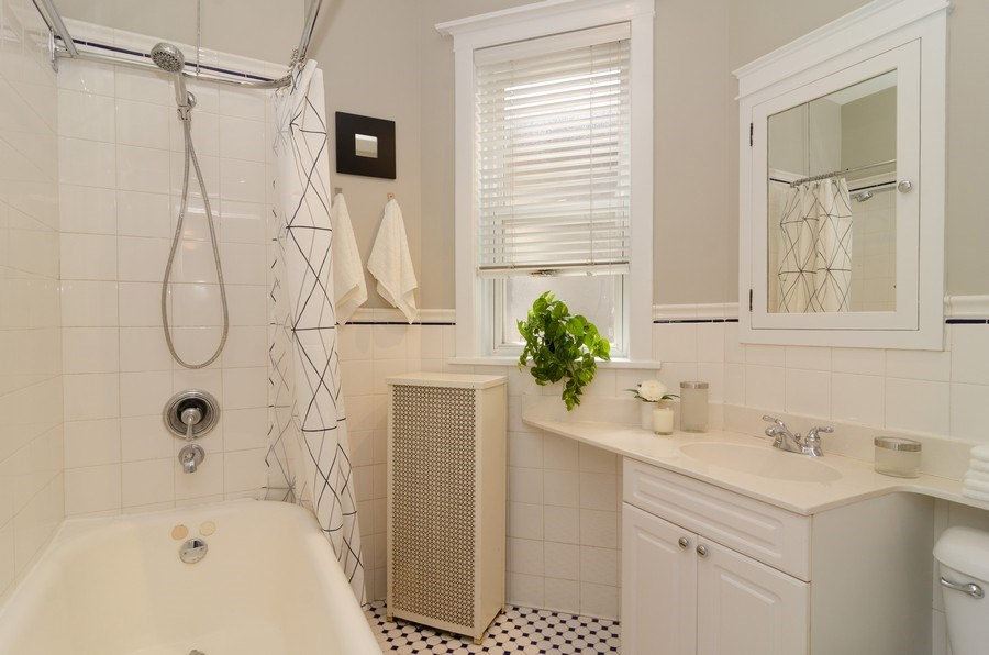 Real Estate Photography - 828 W LAKESIDE PLACE 3S, Chicago, IL, 60640 - Bathroom