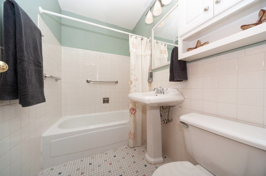 Real Estate Photography - 8894 Knight Ave, 403, Des Plaines, IL, 60016 - Bathroom