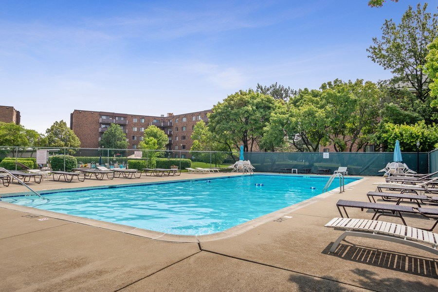 Real Estate Photography - 520 Biesterfield Rd, Unit 119, Elk Grove Village, IL, 60007 - Pool