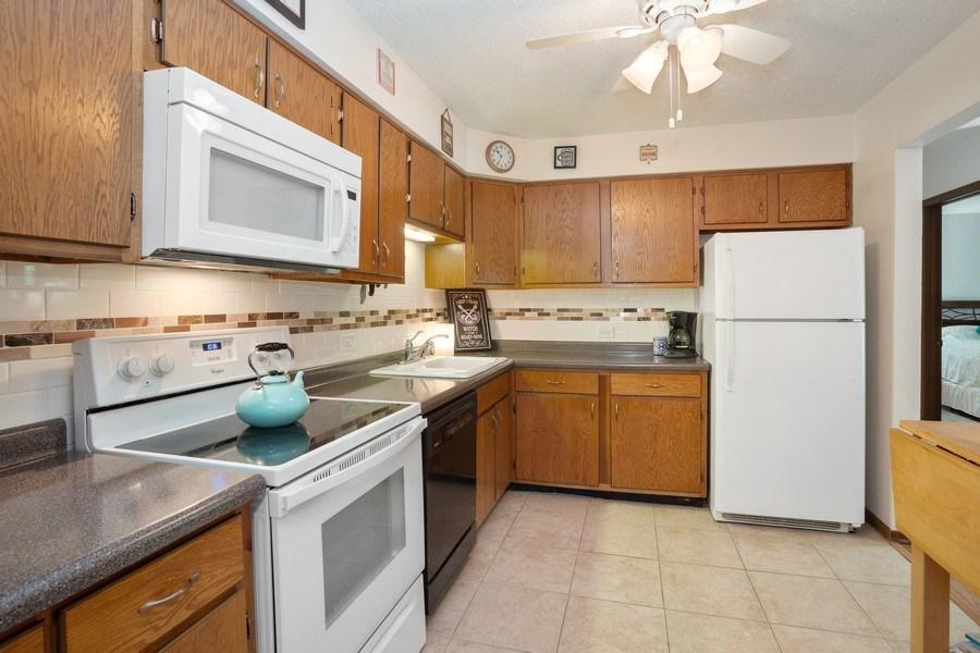 Real Estate Photography - 520 Biesterfield Rd, Unit 119, Elk Grove Village, IL, 60007 - Kitchen