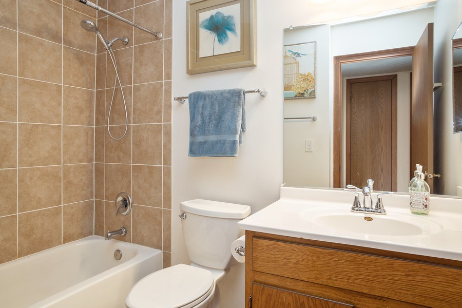 Real Estate Photography - 520 Biesterfield Rd, Unit 119, Elk Grove Village, IL, 60007 - Bathroom