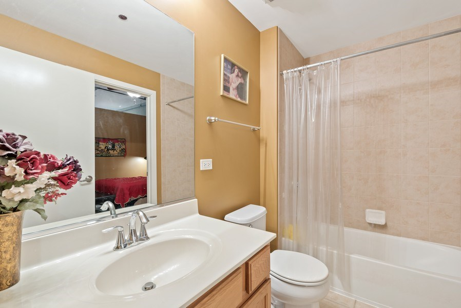 Real Estate Photography - 520 S State, Apt 602, Chicago, IL, 60605 - 2nd Bathroom