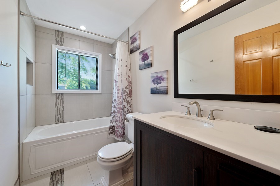 Real Estate Photography - 162 Chatham Unit B, Bloomingdale, IL, 60108 - Master Bathroom
