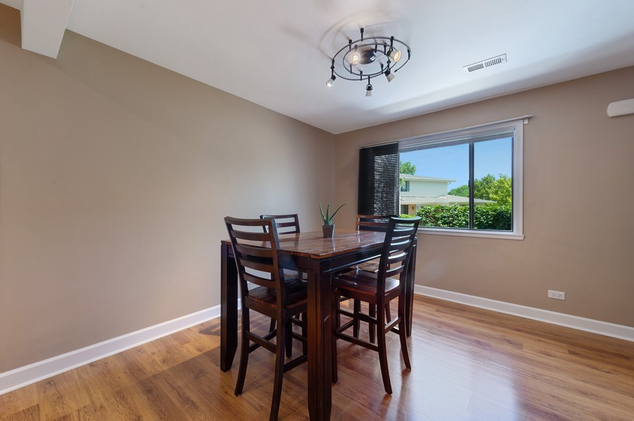 Real Estate Photography - 162 Chatham Unit B, Bloomingdale, IL, 60108 - Dining Room