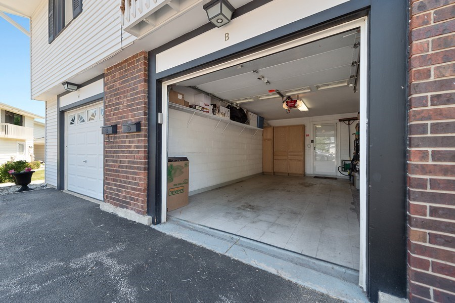 Real Estate Photography - 162 Chatham Unit B, Bloomingdale, IL, 60108 - Garage