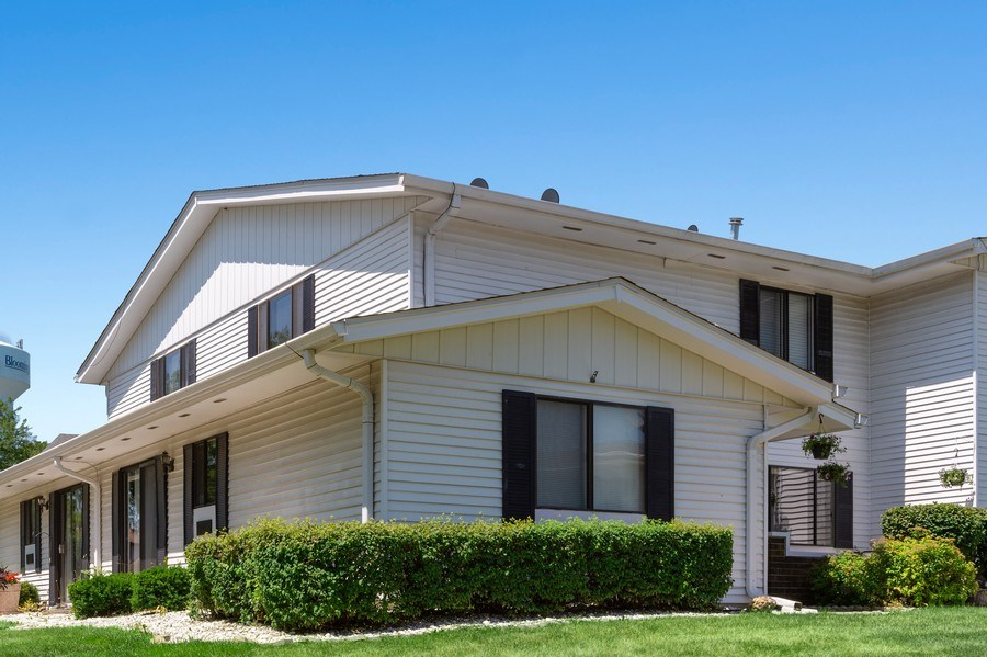 Real Estate Photography - 162 Chatham Unit B, Bloomingdale, IL, 60108 - Front View