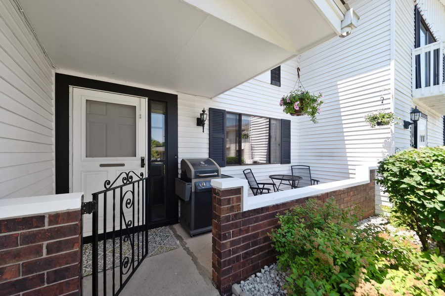 Real Estate Photography - 162 Chatham Unit B, Bloomingdale, IL, 60108 - Porch