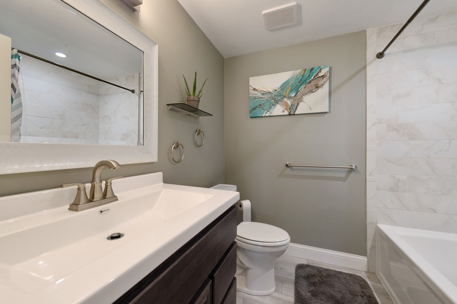 Real Estate Photography - 162 Chatham Unit B, Bloomingdale, IL, 60108 - Bathroom