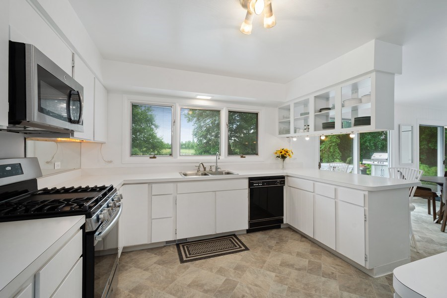 Real Estate Photography - 143 Hillcrest Ct, Barrington, IL, 60010 - Kitchen