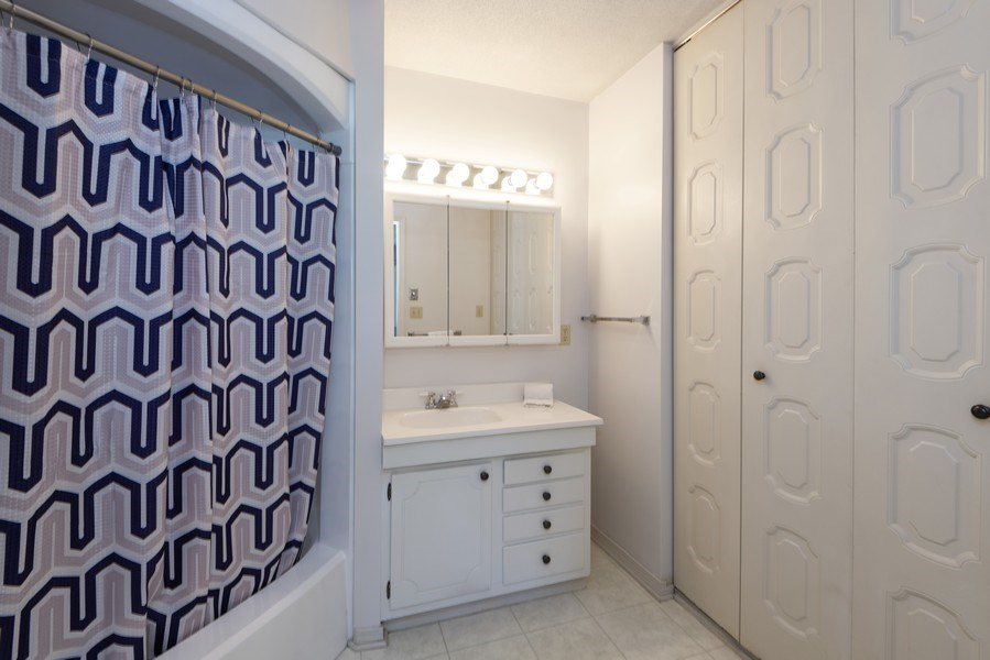 Real Estate Photography - 2727 S Lakeshore Drive, H29, St. Joseph, MI, 49085 - Bathroom