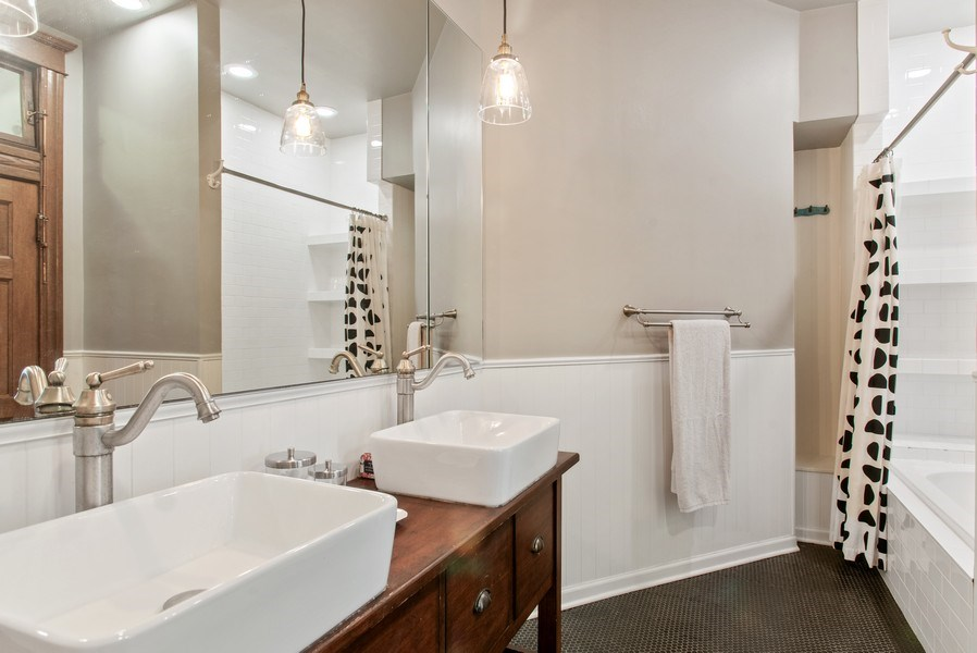 Real Estate Photography - 3618 N Fremont, Unit 2, Chicago, IL, 60613 - Bathroom