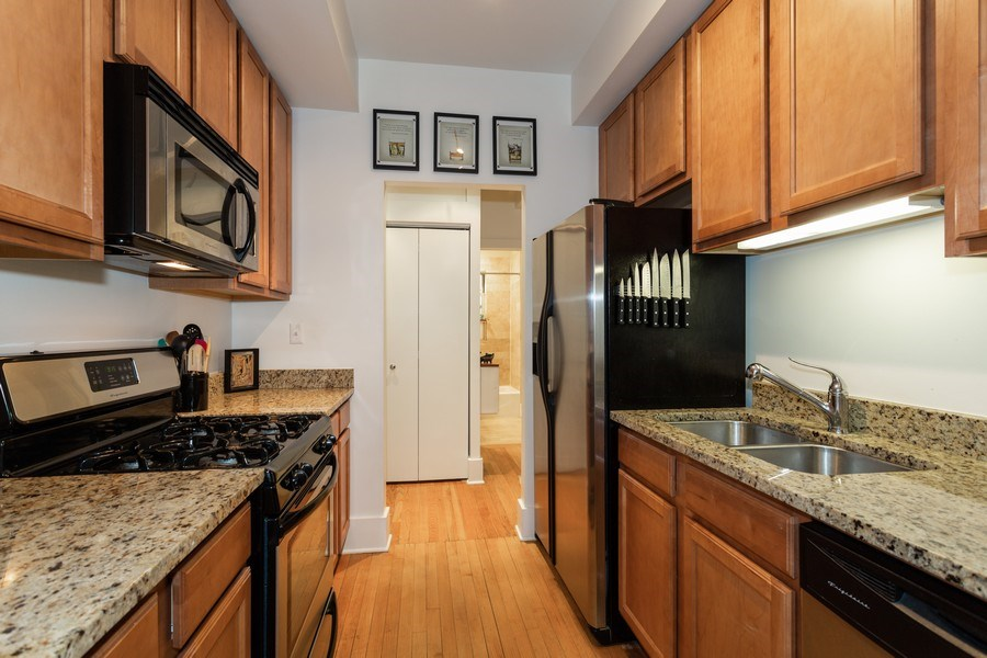 Real Estate Photography - 1903 W. Newport Ave, 3, Chicago, IL, 60657 - Kitchen