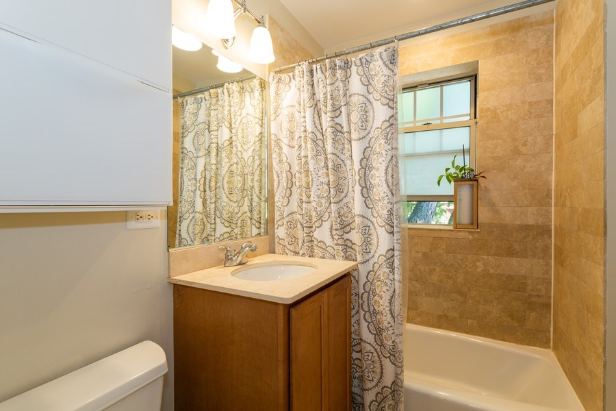 Real Estate Photography - 1903 W. Newport Ave, 3, Chicago, IL, 60657 - Bathroom
