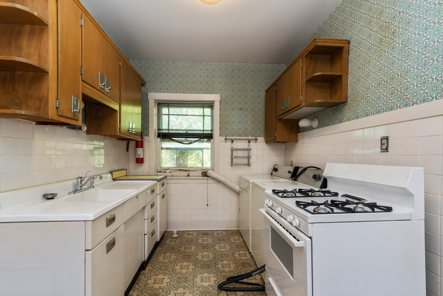 Real Estate Photography - 7729 N. Ashland, Apt 2N, Chicago, IL, 60626 - Kitchen