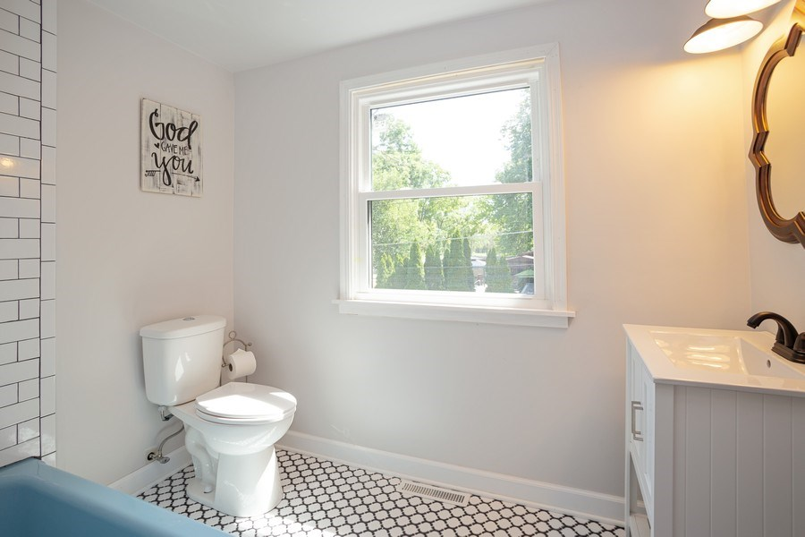 Real Estate Photography - 4n181 Hawthorne Ave, Bensenville, IL, 60106 - Master Bathroom