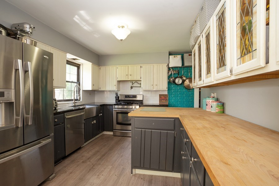 Real Estate Photography - 4n181 Hawthorne Ave, Bensenville, IL, 60106 - Kitchen