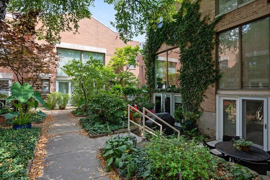 Real Estate Photography - 1130 W Cornelia, Unit M, Chicago, IL, 60657 - Courtyard