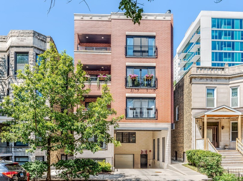 Real Estate Photography - 830 W Bradley Pl, Unit 1S, Chicago, IL, 60613 - Front View