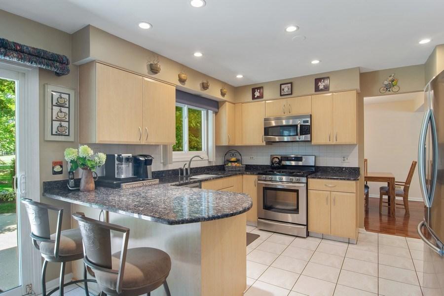 Real Estate Photography - 60 CHESTNUT TERRACE, BUFFALO GROVE, IL, 60089 - Kitchen
