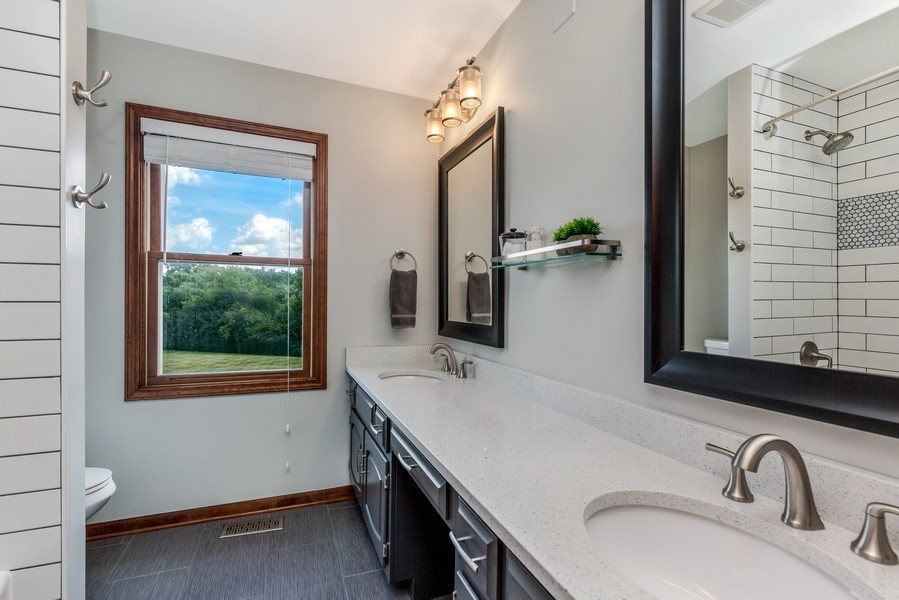 Real Estate Photography - 5175 Thornbark, Hoffman Estates, IL, 60010 - Upstairs Hall Full Bath