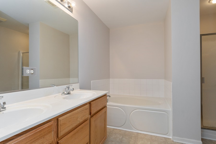 Real Estate Photography - 2212 Summerlin Dr, Aurora, IL, 60503 - Master Bathroom