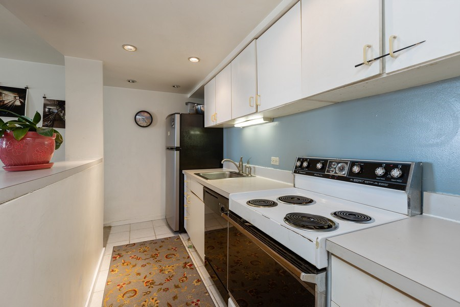 Real Estate Photography - 40 East 9th St, Unit 1314, Chicago, IL, 60605 - Kitchen