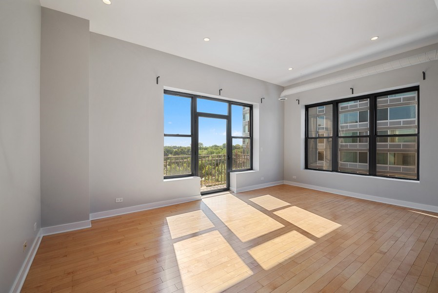 Real Estate Photography - 811 W Eastwood, Unit 604, Chicago, IL, 60640 - Living Room