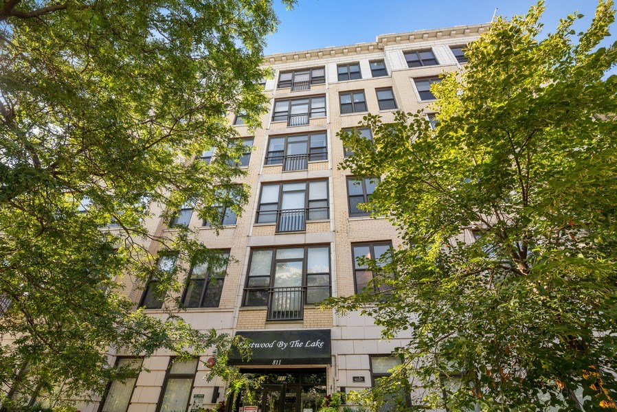 Real Estate Photography - 811 W Eastwood, Unit 604, Chicago, IL, 60640 - Front View