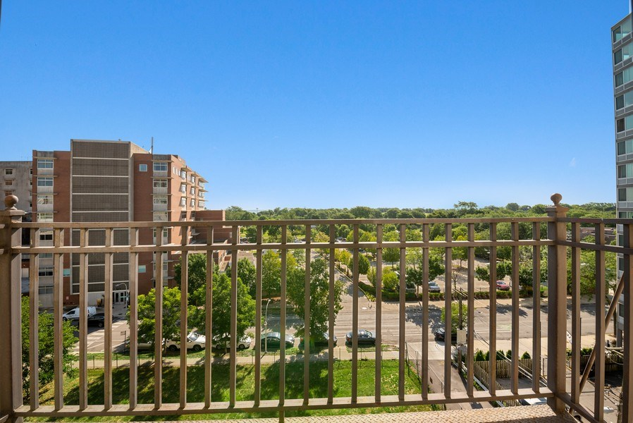 Real Estate Photography - 811 W Eastwood, Unit 604, Chicago, IL, 60640 - Balcony