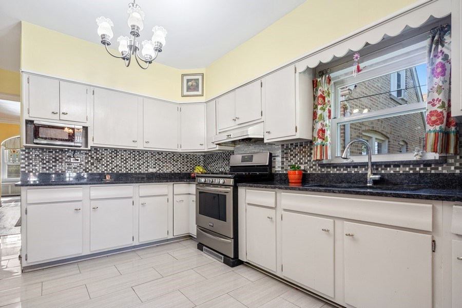 Real Estate Photography - 3624 Wisconsin Ave, Berwyn, IL, 60402 - Kitchen