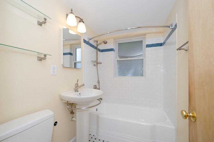 Real Estate Photography - 622 Oakton, #1, Evanston, IL, 60202 - Bathroom