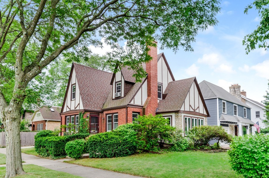 Real Estate Photography - 2131 Lincolnwood, Evanston, IL, 60201 - Front View
