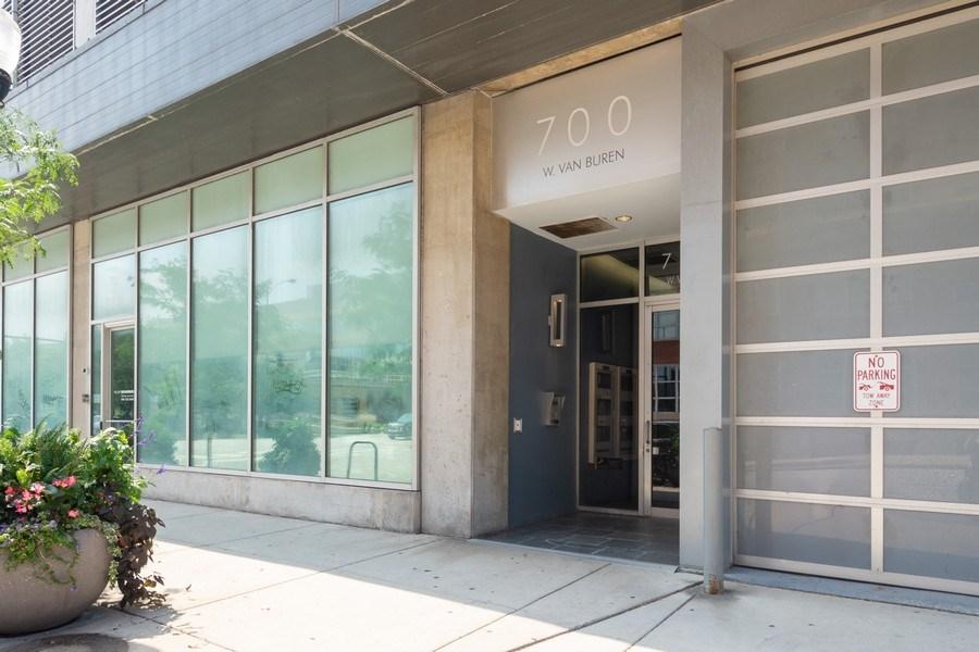 Real Estate Photography - 700 W Van Buren St, Unit 703, Chicago, IL, 60607 - Front View
