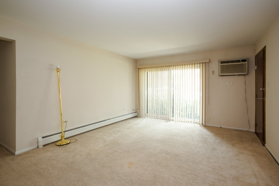 Real Estate Photography - 924 W Irving Park Rd, #106, Bensenville, IL, 60106 - Living Room