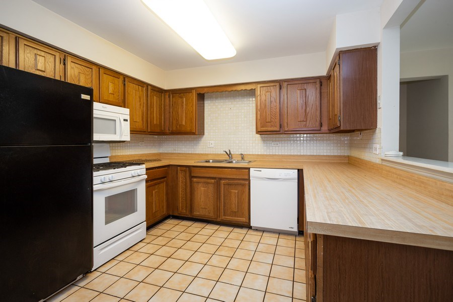 Real Estate Photography - 924 W Irving Park Rd, #106, Bensenville, IL, 60106 - Kitchen