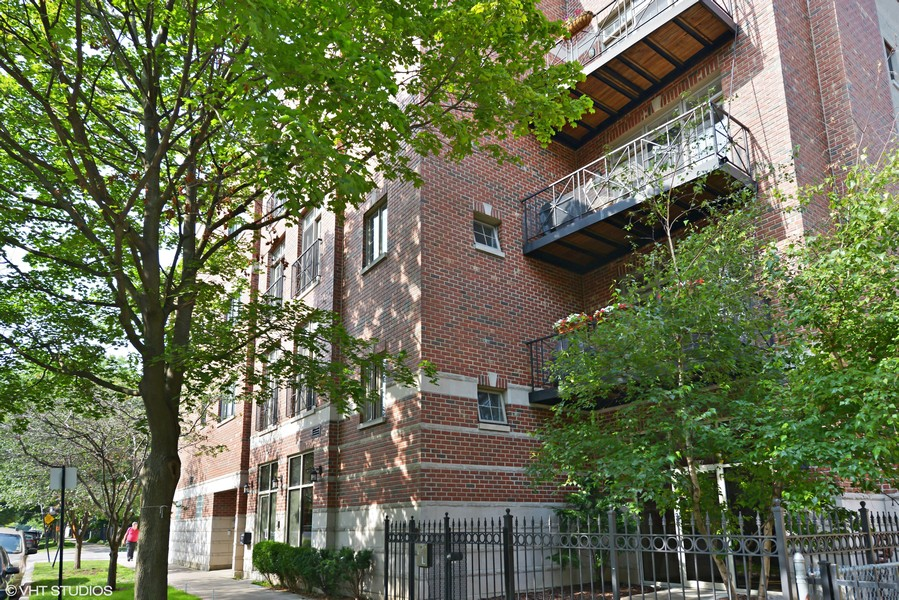 Real Estate Photography - 4704 N Kenmore, Unit 2B, Chicago, IL, 60640 -