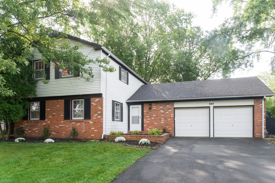 Real Estate Photography - 820 Twisted oak Ln, Buffalo Grove, IL, 60089 - Front View