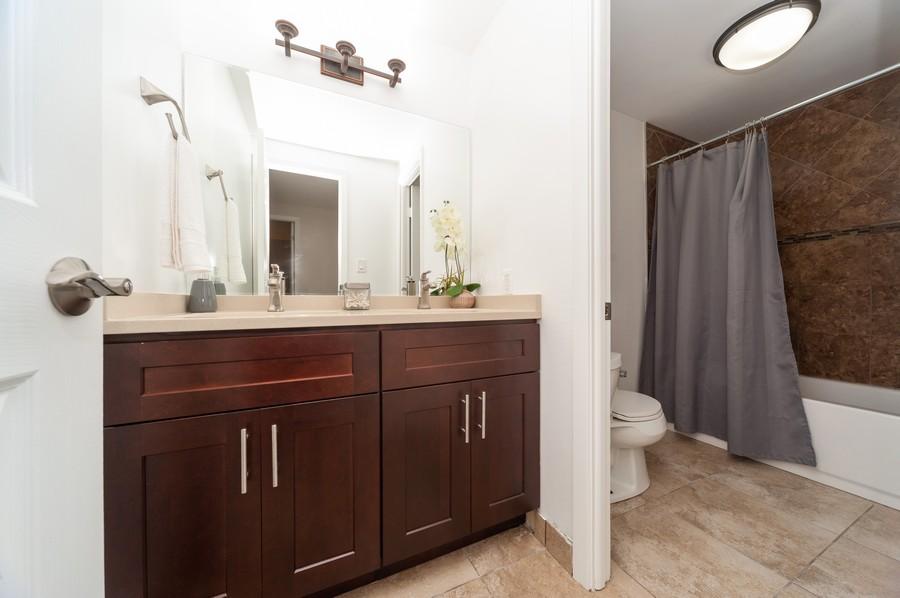 Real Estate Photography - 820 Twisted oak Ln, Buffalo Grove, IL, 60089 - 2nd Bathroom