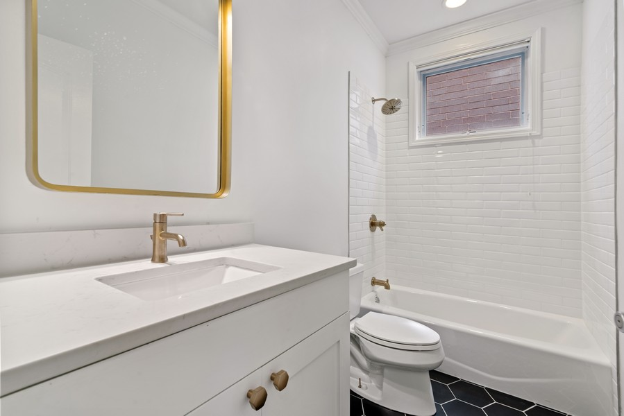 Real Estate Photography - 3717 N Wilton Ave, 4, Chicago, IL, 60613 - 2nd Bathroom