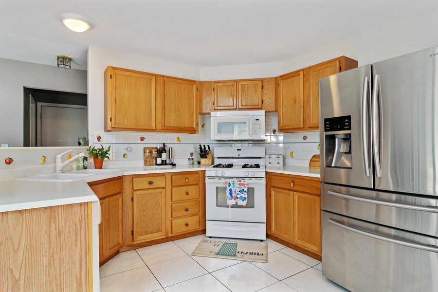 Real Estate Photography - 490 Harvard Ln, Bartlett, IL, 60103 - Kitchen
