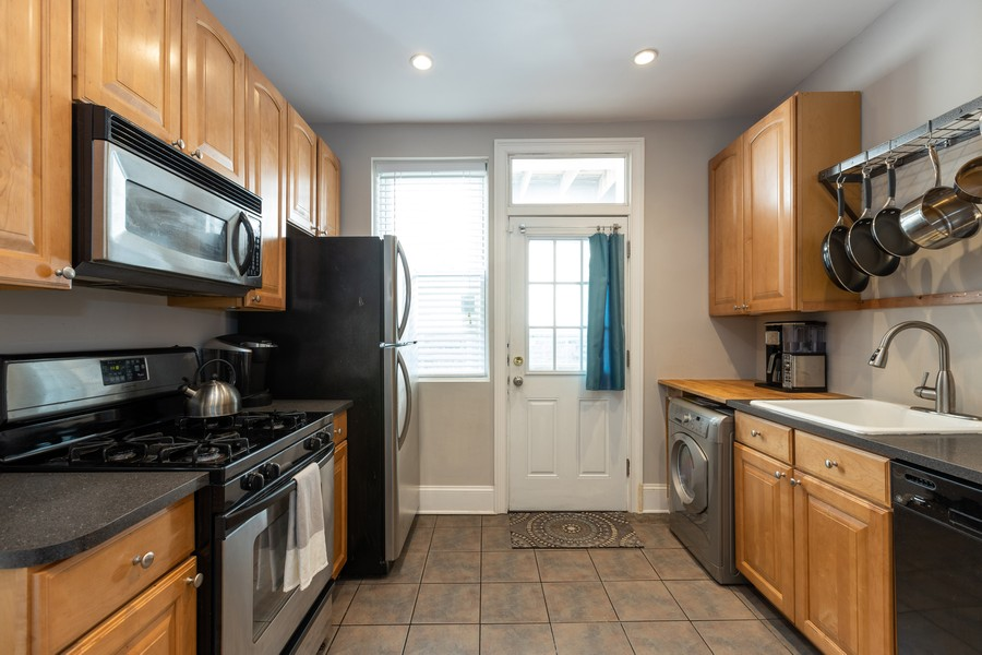 Real Estate Photography - 818 W. Lakeside Place, Unit 2S, Chicago, IL, 60640 - Kitchen