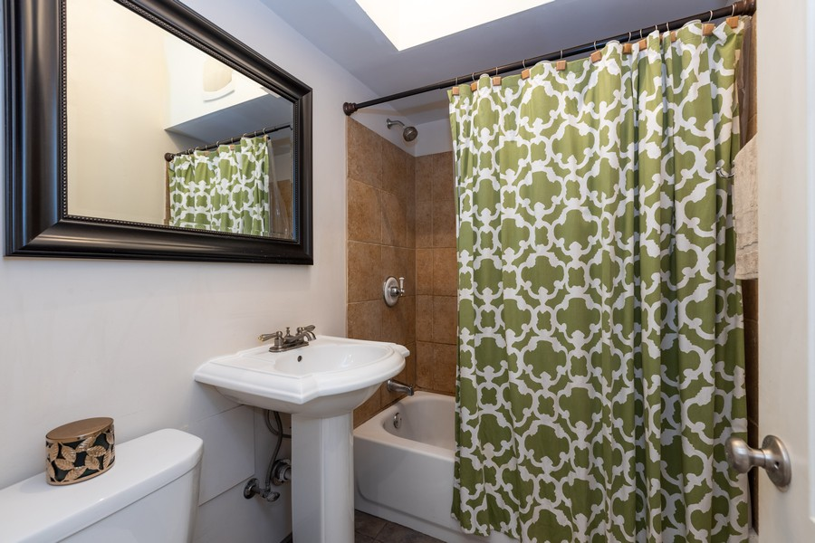 Real Estate Photography - 818 W. Lakeside Place, Unit 2S, Chicago, IL, 60640 - Bathroom