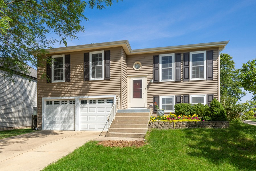 Real Estate Photography - 1450 Cameron Court, Hoffman Estates, IL, 60010 - Front View