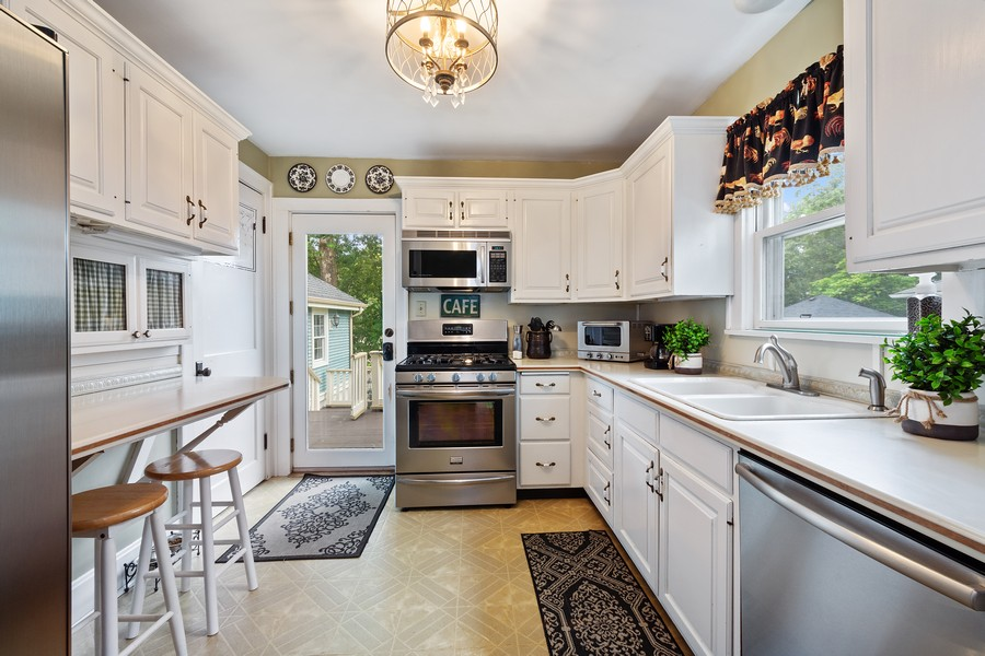 Real Estate Photography - 512 S Grove Ave, Barrington, IL, 60010 - Kitchen
