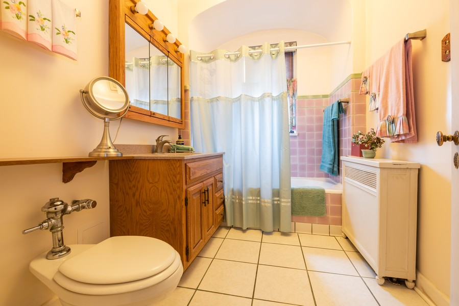 Real Estate Photography - 6901 S Oglesby Avenue, Unit 7A, Chicago, IL, 60649 - Bathroom