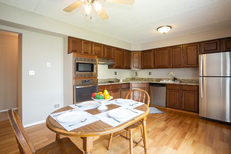 Real Estate Photography - 639 Briar Hill, Unit 1, Addison, IL, 60101 - Kitchen